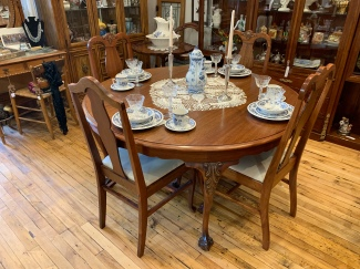 Gorgeous Claw Foot Dining Table/chairs/4 leaves
