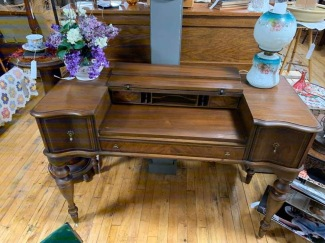 Excellent condition ladies desk. So perfect for your home!