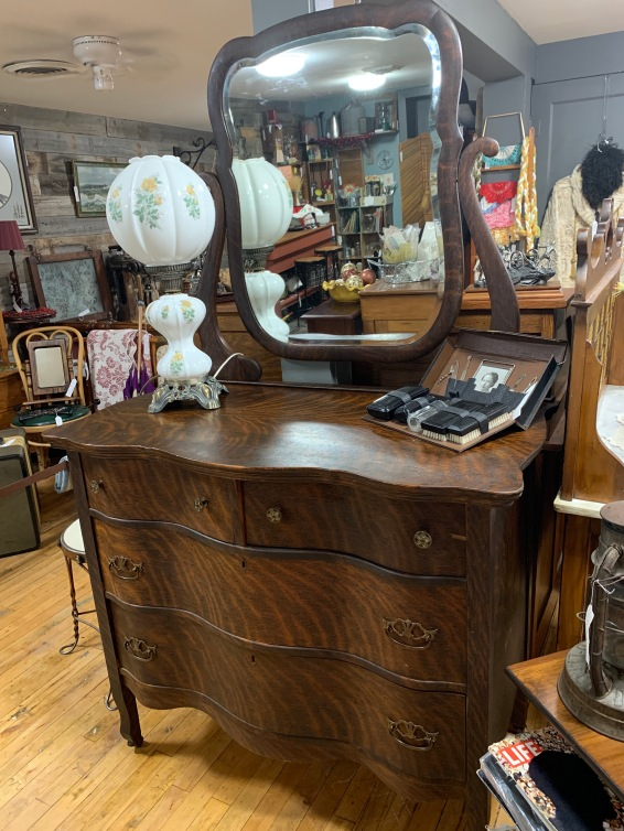 Beautiful tiger oak dresser w/mirror